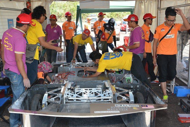 他チームのマシン修理の様子