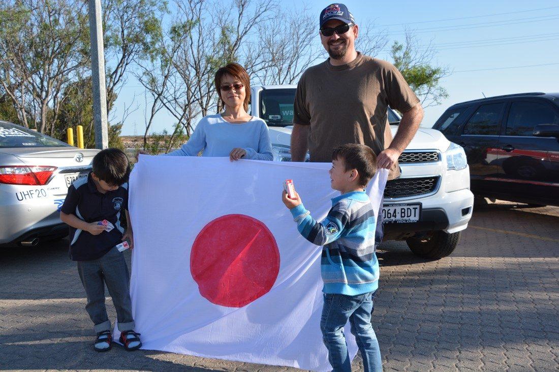 日本国旗を持った家族