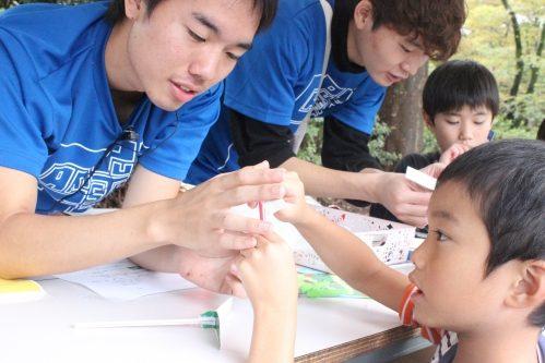 地域との交流を深めるイベント風景・学生と子ども