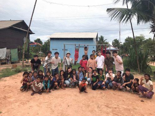 カンボジアの子供達と集合写真