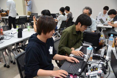 学生たちがパソコンに向かい学習する様子
