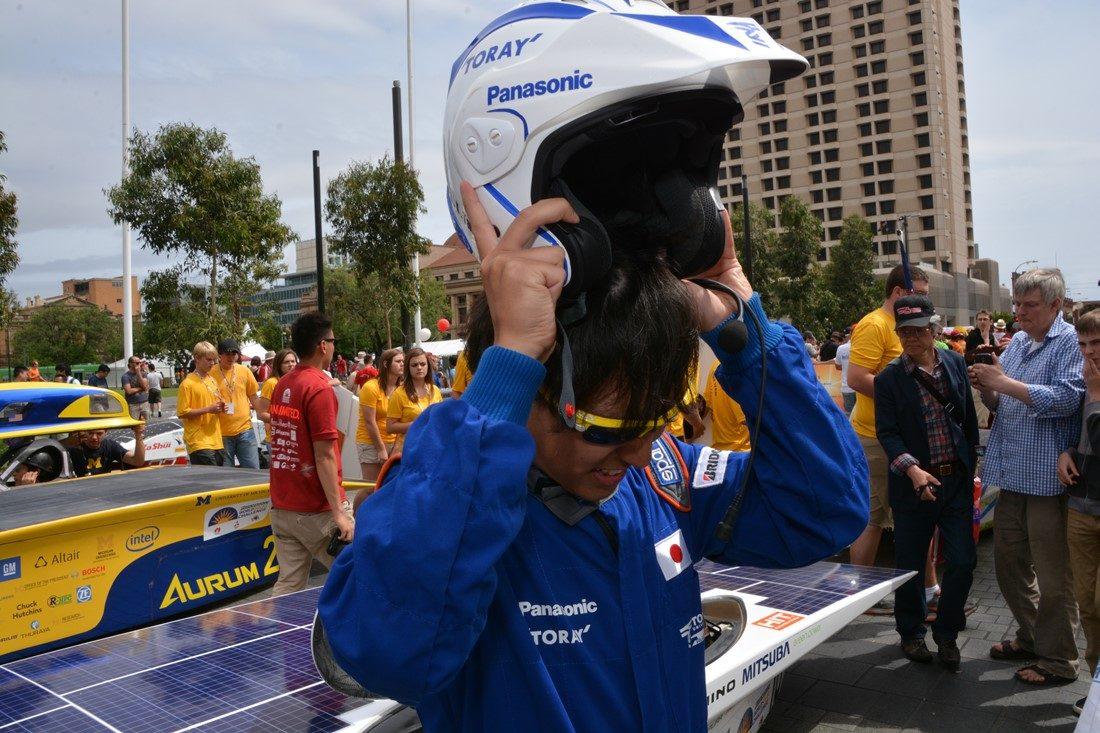 東海大学のメンバーがヘルメットを装着する様子