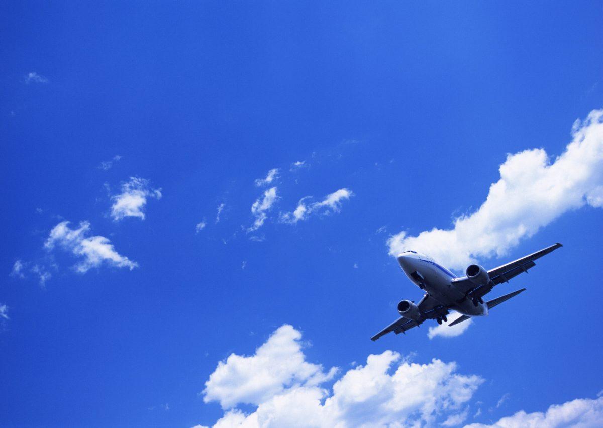 青い大空と飛行機