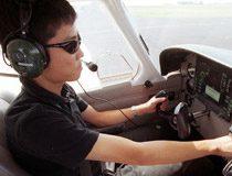 単独飛行する男性