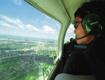 ノースダコタの上空を一人で飛ぶ男性