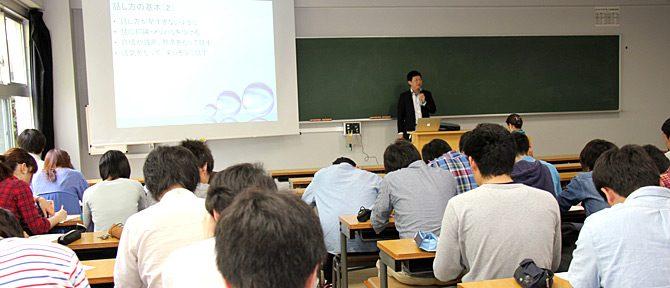 光・画像工学科が新入生対象の「コミュニケーション講座」を開講しました