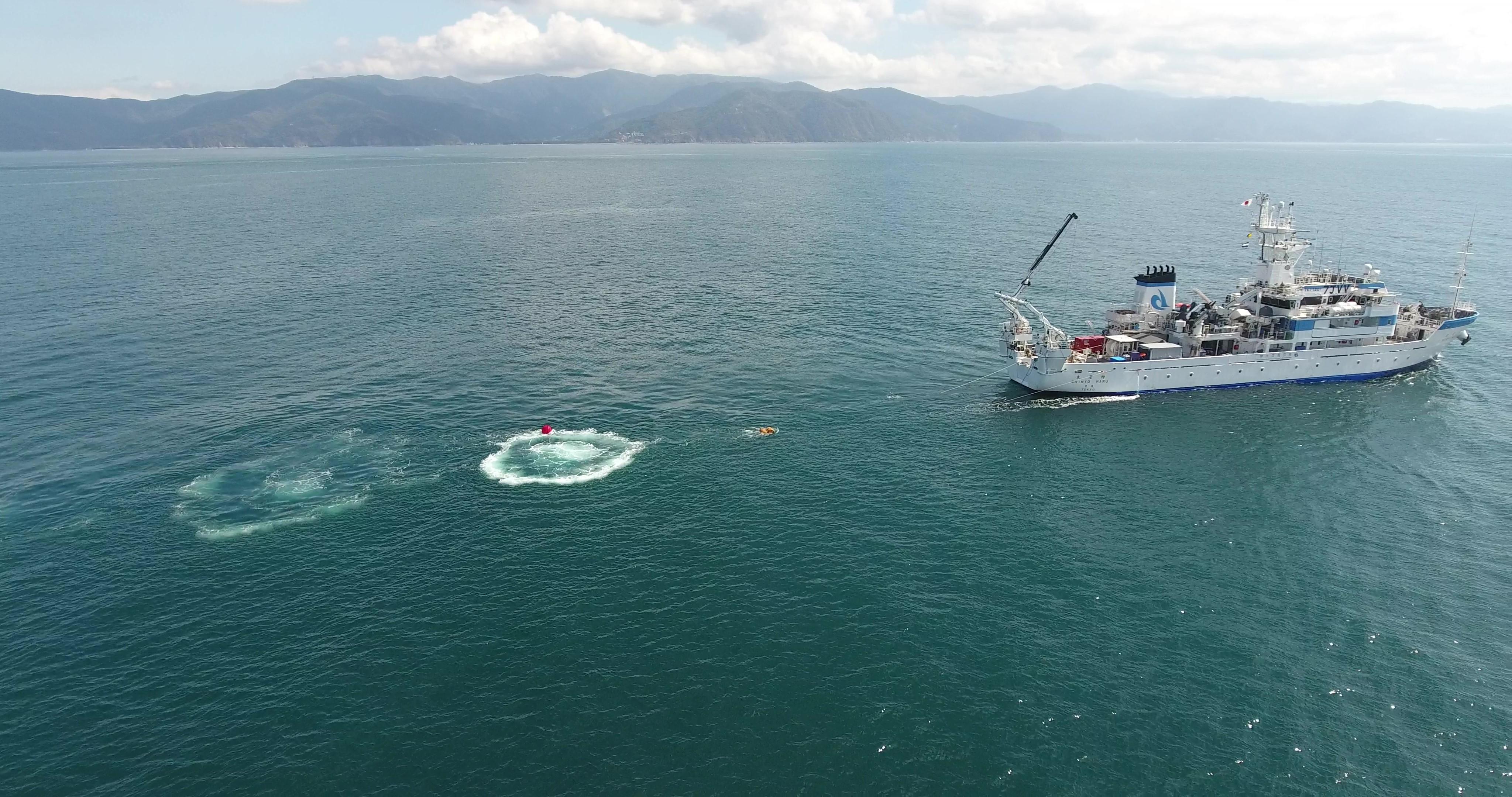 駿河湾の地殻構造に関する研究と海底地震計を用いた地震活動観測